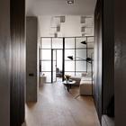 Минимум дверей, которые отделяют лишь приватные пространства - это не только следование стилю, но и просто удобно.