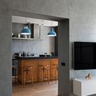 Серые оштукатуренные стены - это именно то чего ожидаешь от интерьера в стиле лофт. (индустриальный,лофт,винтаж,стиль лофт,индустриальный стиль,современный,интерьер,дизайн интерьера,мебель,квартиры,апартаменты,кухня,дизайн кухни,интерьер кухни,кухонная мебель,мебель для кухни,гостиная,дизайн гостиной,интерьер гостиной,мебель для гостиной,столовая,дизайн столовой,интерьер столовой,мебель для столовой)