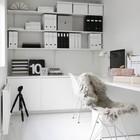 Полки с картотеками и шкафы выстроены вдоль одной стены и не создают хаоса в пространстве офиса. (домашний офис,офис,мастерская,минимализм,интерьер,дизайн интерьера,мебель,скандинавский)