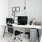 Ведро для бумаг и светильник вносят нотки индустриальности в этот минималистичный интерьер. (домашний офис,офис,мастерская,минимализм,интерьер,дизайн интерьера,мебель,индустриальный,лофт,винтаж,стиль лофт,индустриальный стиль,скандинавский)