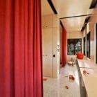 Открытые шторы делают две детские комнаты практически единым помещением.