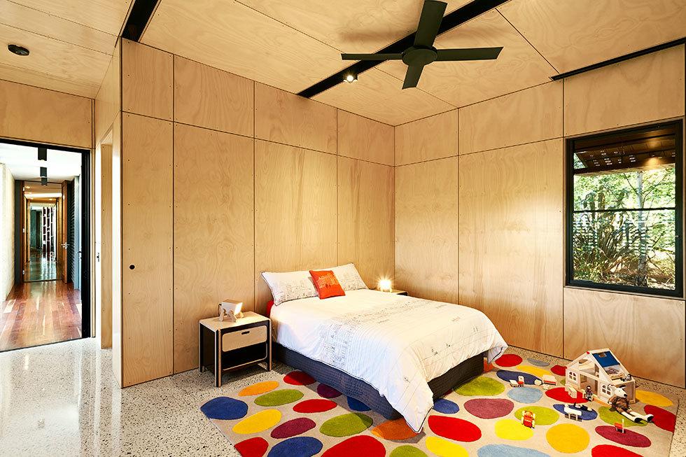 Детская спальня для подростка со множеством шкафов.