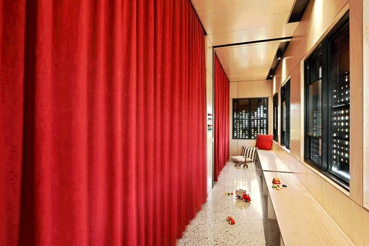 Детские комнаты можно закрыть плотными шторами, отделяя их от коридора.