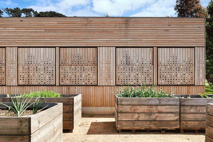 Фасад пристройки деревянный. Он отлично сочетается с окружающими дом виноградными лозами и выглядит уместно, натурально и экологично.