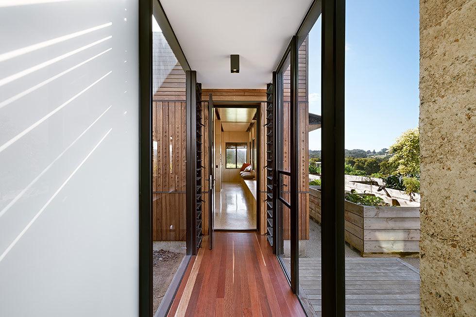Остекленный коридор соединяющий детское крыло с основным домом.