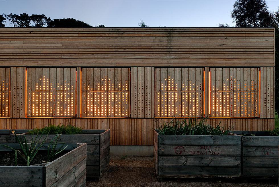 Перфорация ставен пропуская свет в вечернее время оживляет и украшает фасад.