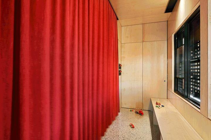 Сдвижная дверь может разделить две детские комнаты расположенные в пристройке.