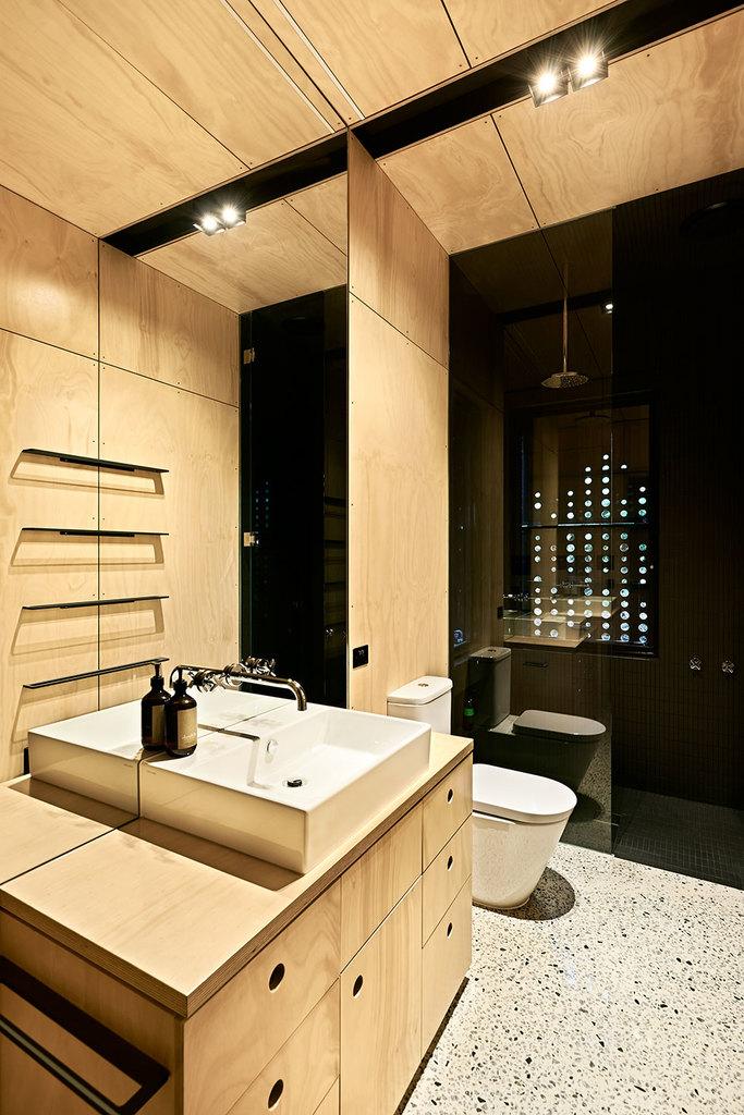 В детской пристройке находится отдельная ванная комната с душем и окном, которое на данном фото закрыто ставнями.