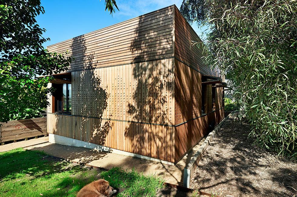 Задний фасад пристройки с детскими комнатами. Рядом с деревьями хорошо видно на сколько органично деревянный фасад вписывается в ландшафт вокруг дома.