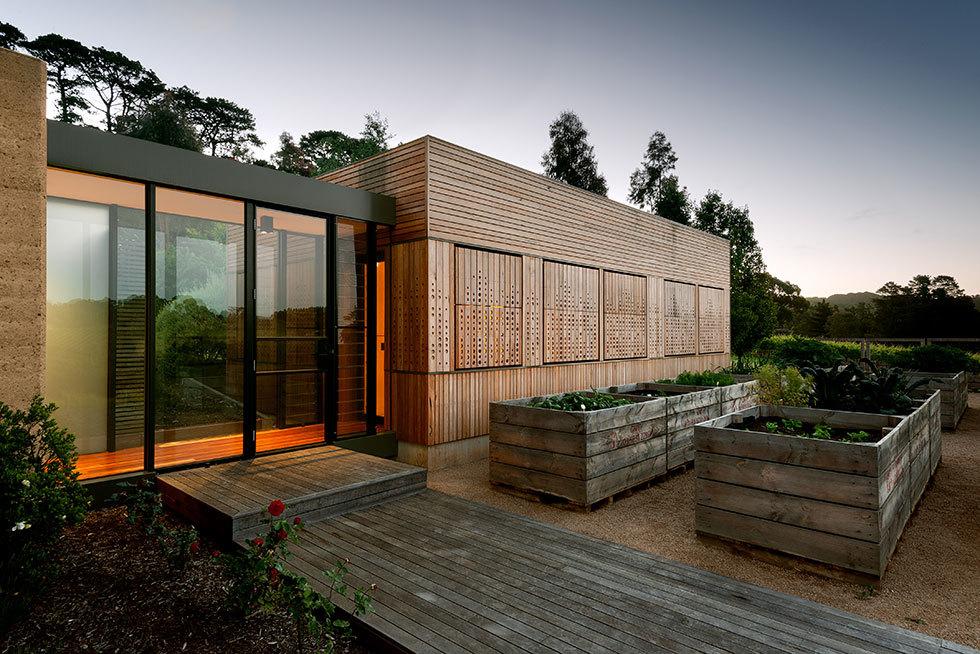 Закрытые ставни добавляют приватности внутренним помещениям и могут эффективно их затемнить.