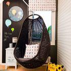 Кресло-качель в детской и стена на которой можно рисовать мелками подойдут для ребенка любого возраста.. (детская,игровая,детская комната,детская спальня,дизайн детской,интерьер детской,интерьер,дизайн интерьера,мебель,архитектура,дизайн,экстерьер,современный)
