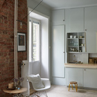 Хорошо видна дверь в душ, похожая на дверь в шкаф, между балконной дверью и кухонной столешницей. (квартиры,апартаменты,скандинавский,минимализм,интерьер,дизайн интерьера,мебель,кухня,дизайн кухни,интерьер кухни,кухонная мебель,мебель для кухни,гостиная,дизайн гостиной,интерьер гостиной,мебель для гостиной)