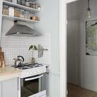 Мелкий белый кафель и вытяжка из нержавейки часто встречаются в интерьерах стиля лофт. (квартиры,апартаменты,скандинавский,минимализм,интерьер,дизайн интерьера,мебель,кухня,дизайн кухни,интерьер кухни,кухонная мебель,мебель для кухни,вход,прихожая)