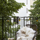 На балконе выходящем в тихий двор приятно выпить чашечку кофе.