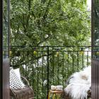 На небольшом балконе без труда размещаются два кресла из ротанга.