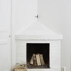 Настоящий действующий камин украсит любую квартиру, даже если она оформлена в стиле лофт.