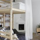 Необычная двухъярусная кровать для взрослых на колесах. Занавеска может не только создавать приватность, если это нужно, но и скрыть кровать от гостей. (квартиры,апартаменты,скандинавский,минимализм,интерьер,дизайн интерьера,мебель,спальня,дизайн спальни,интерьер спальни,жилая комната)