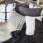 Подушки должны сделать диван на нижнем уровне кровати более уютным и удобным.