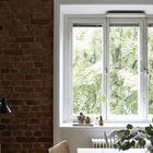 Свет из большого окна ярко освещает обеденный стол днем, вечером, если стол используется для работы, можно использовать лампу с тумбочки.