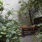 Тихий дворик у дома где расположена квартира. (квартиры,апартаменты,скандинавский,минимализм,интерьер,дизайн интерьера,мебель,на открытом воздухе,патио,балкон,терраса)