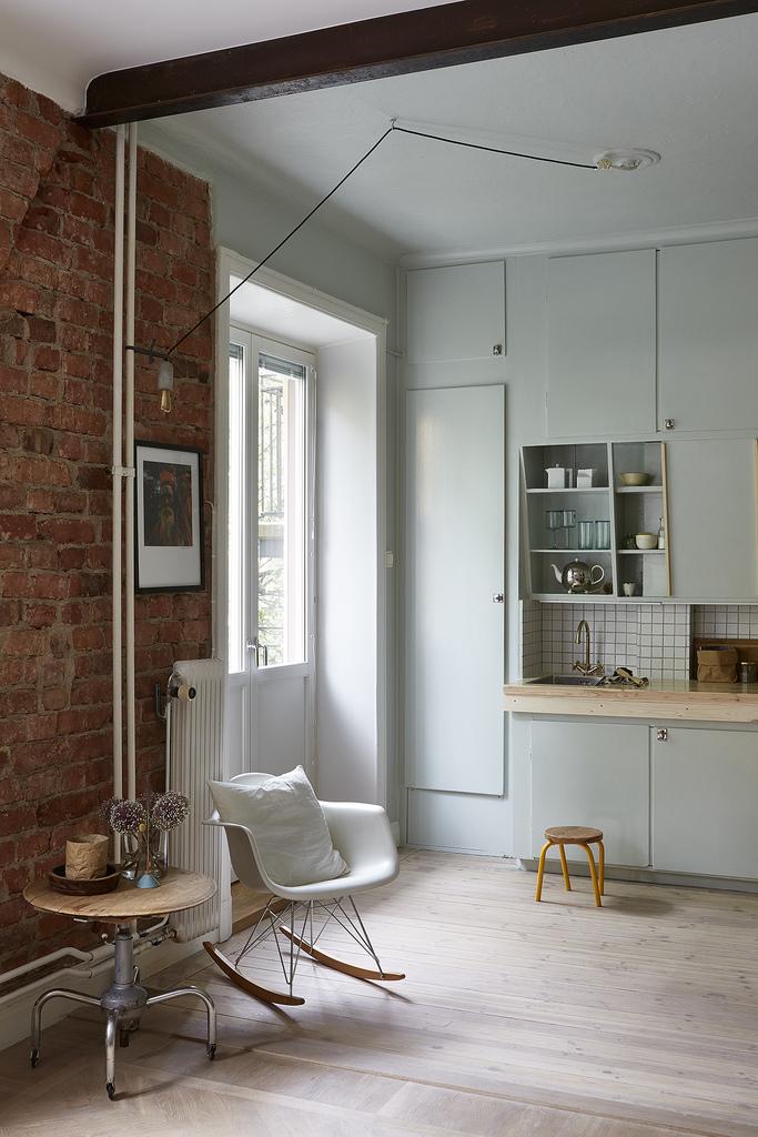 Хорошо видна дверь в душ, похожая на дверь в шкаф, между балконной дверью и кухонной столешницей.