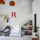 Лестница из домашнего офиса ведет на второй уровень в спальню. (скандинавский,архитектура,дизайн,экстерьер,интерьер,дизайн интерьера,мебель,квартиры,апартаменты,гостиная,дизайн гостиной,интерьер гостиной,мебель для гостиной,домашний офис,офис,мастерская)