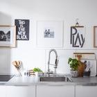 Минималистичный дизайн кухни дополнен арт объектами над кухонным фартуком. Кухонный фартук однотонно белый, столешница из нержавейки. (скандинавский,архитектура,дизайн,экстерьер,интерьер,дизайн интерьера,мебель,квартиры,апартаменты)