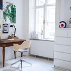 Минималистичный домашний офис просторен и светел. Рабочий стол и удобное кресло со спинкой из гнутой фанеры расположились у окна. (скандинавский,архитектура,дизайн,экстерьер,интерьер,дизайн интерьера,мебель,квартиры,апартаменты,домашний офис,офис,мастерская)