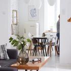 При реконструкции избегали лишнего дробления пространства, поэтому двери между гостиной и кухней-столовой нет. Благодаря этому оба помещения кажутся больше и светлее.