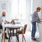 Светлая кухня-столовая в скандинавском стиле. Кухонные фасады, как и столешница обеденного стола и стены белые. (скандинавский,архитектура,дизайн,экстерьер,интерьер,дизайн интерьера,мебель,квартиры,апартаменты,кухня,дизайн кухни,интерьер кухни,кухонная мебель,мебель для кухни,столовая,дизайн столовой,интерьер столовой,мебель для столовой)