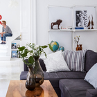 В гостиной минимум мебели, только необходимое. Это и белый цвет в интерьере визуально увеличивают комнату. (скандинавский,архитектура,дизайн,экстерьер,интерьер,дизайн интерьера,мебель,квартиры,апартаменты,гостиная,дизайн гостиной,интерьер гостиной,мебель для гостиной)