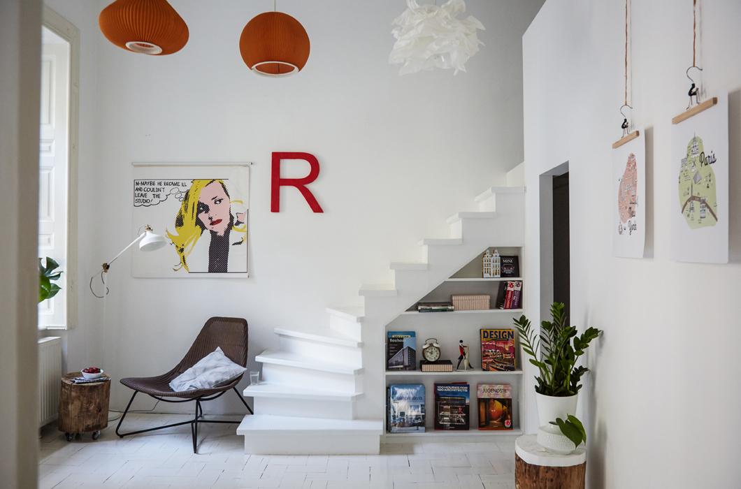 Лестница из домашнего офиса ведет на второй уровень в спальню.