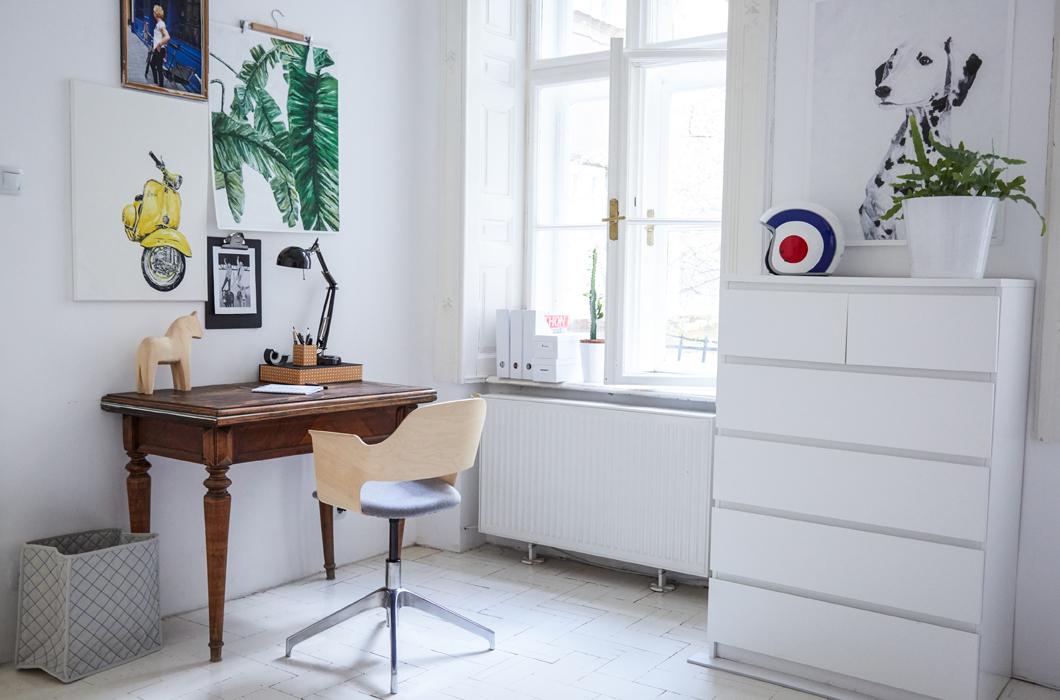 Минималистичный домашний офис просторен и светел. Рабочий стол и удобное кресло со спинкой из гнутой фанеры расположились у окна.