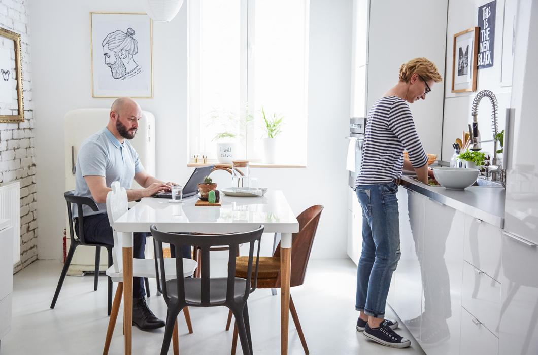 Светлая кухня-столовая в скандинавском стиле. Кухонные фасады, как и столешница обеденного стола и стены белые.