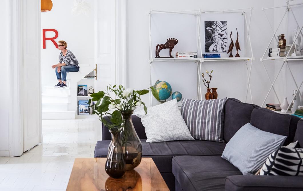 В гостиной минимум мебели, только необходимое. Это и белый цвет в интерьере визуально увеличивают комнату.