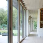 Длинный коридор проходит вдоль всего дома соединяя все помещения. (маленький дом,архитектура,дизайн,экстерьер,интерьер,дизайн интерьера,мебель,современный)