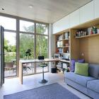 Домашний офис имеет свой выход на небольшую террасу где помещается столик и пара стульев. (маленький дом,архитектура,дизайн,экстерьер,интерьер,дизайн интерьера,мебель,современный,домашний офис,офис,мастерская)