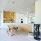 Между столовой и гостиной находится дровяная печь, которая служит главным источником тепла в доме.