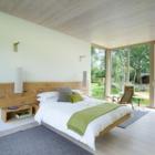 В спальне с большой площадью остекления кровать как бы парит в воздухе.