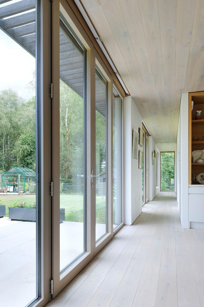 Длинный коридор проходит вдоль всего дома соединяя все помещения.