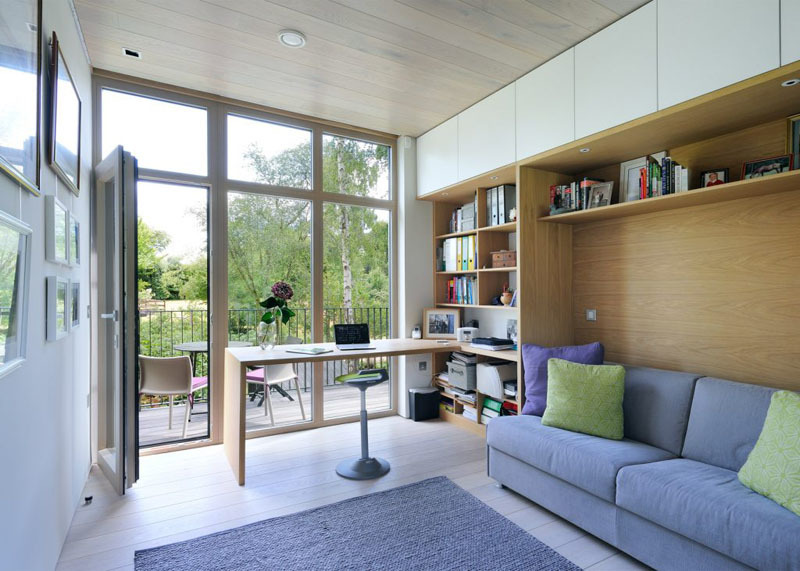 Домашний офис имеет свой выход на небольшую террасу где помещается столик и пара стульев.