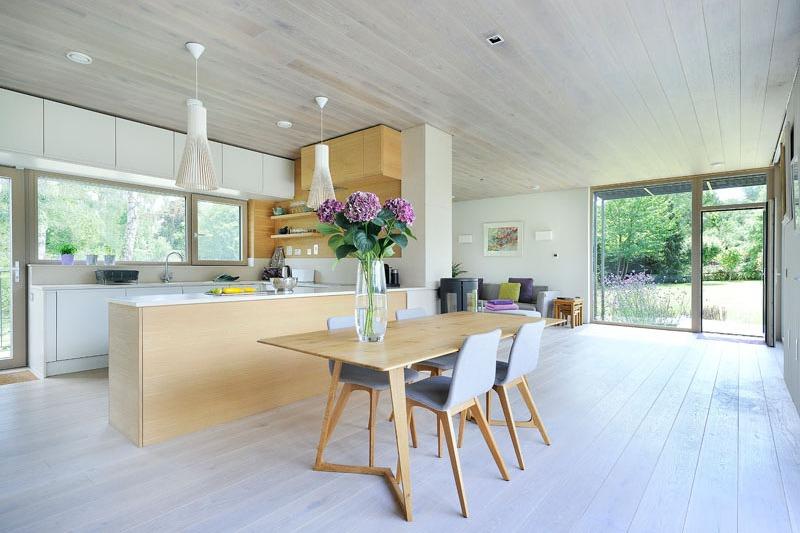 Столовая находится прямо рядом с кухней и из нее можно попасть на террасу.