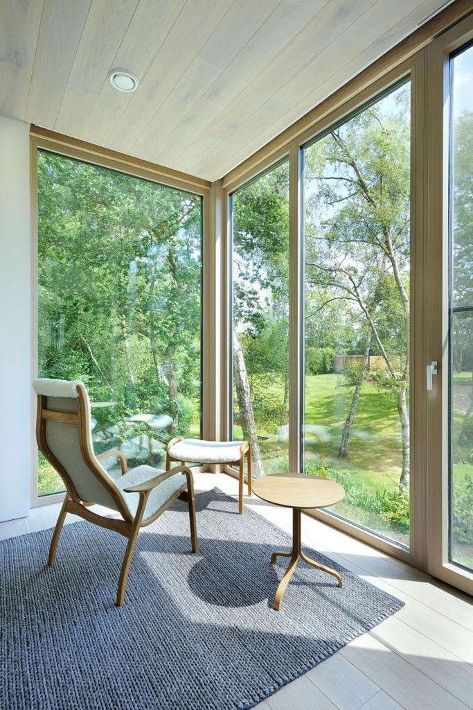 В спальне специально установили кресло, чтобы можно было полюбоваться окружающей природой.