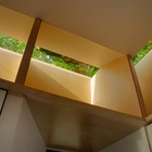Интересная конструкция окон создает мягкое освещение студии