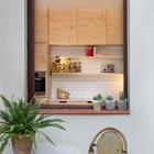 Из кухни на террасу выходит окно, что очень удобно в теплое время года.