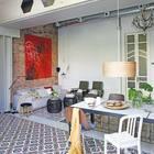 Массивная стальная балка и открытые воздуховоды добавляют индустриальности интерьеру жилой комнаты.Кафель в разных частях жилой комнаты отличается и воздает впечатление нескольких ковров на полу.