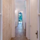 Так выглядит весь коридор проходящий через весь дом, если смотреть из главной спальни.