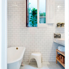Вторая ванная также вся выдержана в белом цвете.