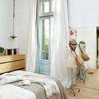 Высокое зеркало на полу не только поддерживает в спальне стиль лофт, но и просто очень удобно в использовании.