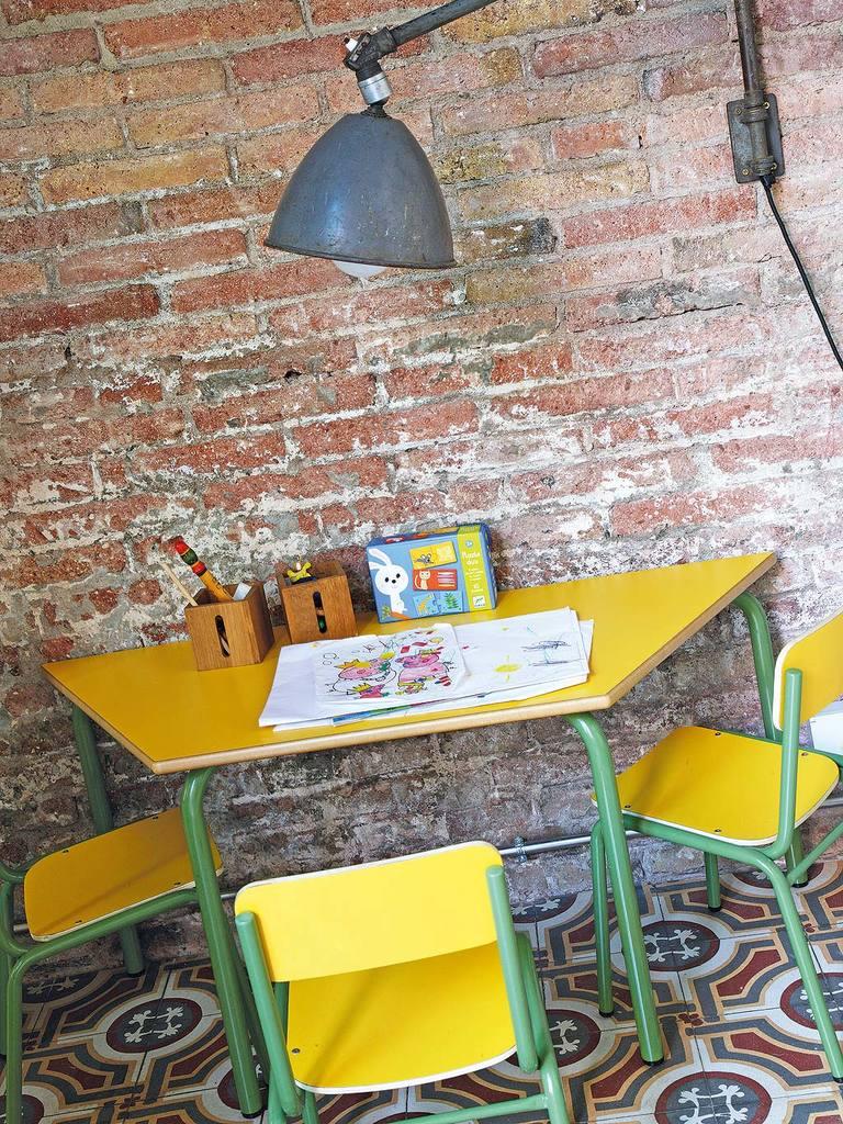 Детская мебель и лампа над столом выдержана в индустриальном стиле.